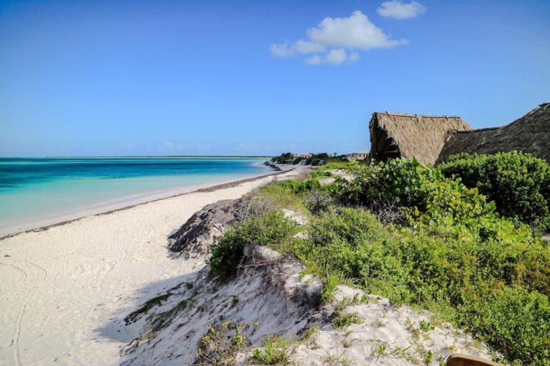 Britische Jungferninseln: Einsamer Strand mit Hütte in Anegada