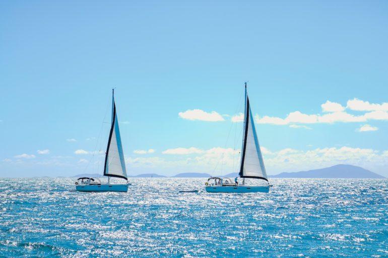 Britische Jungferninseln: Zwei Segelboote wenden.