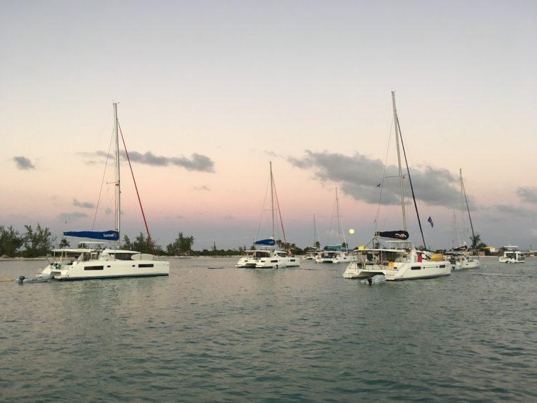 Britische Jungferninseln: Segelboote vor Sonnenuntergang