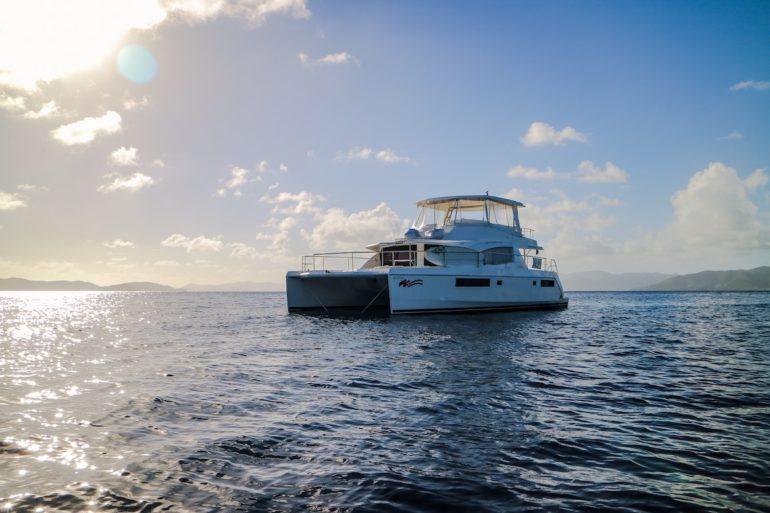 Britische Jungferninseln: Katamaran vor Sonnenuntergang