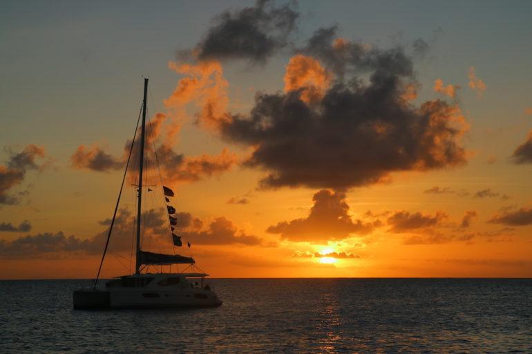 Britische Jungferninseln: Sonnenuntergang über Segelboot in Anegada