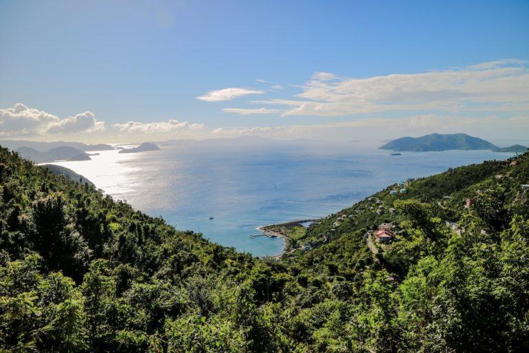 Britische Jungferninseln: Hügel und Meer in Cane Garden Bay, Tortola