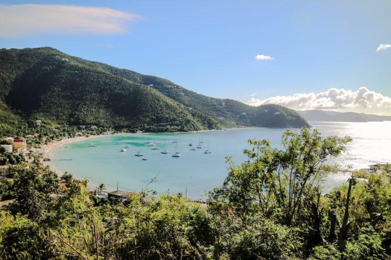 Britische Jungferninseln: Luftaufnahme von Strand und Meer in Cane Garden Bay