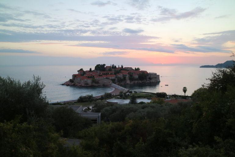 Unbekannte Reiseziele: Insel Sveti Stefan im Sonnenuntergang