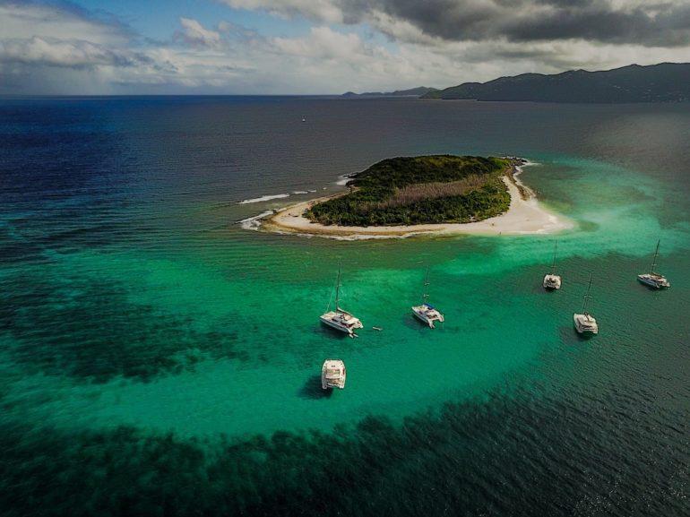Britische Jungferninseln: Yachten im türkisen Wasser vor Sandy Cay