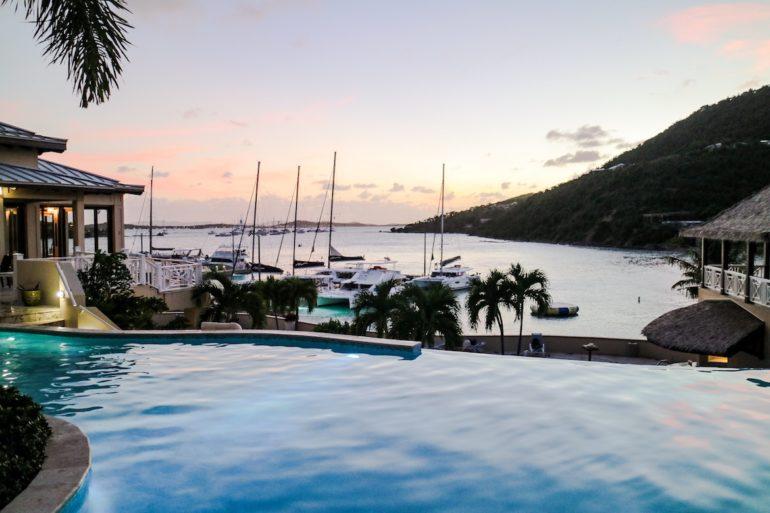 Britische Jungferninseln: Blick auf Pool und Meer im Scrub Island Resort