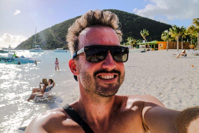 Britische Jungferninseln: Marco Buch am Strand vor der Soggy Dollar Bar, Jost van Dyke