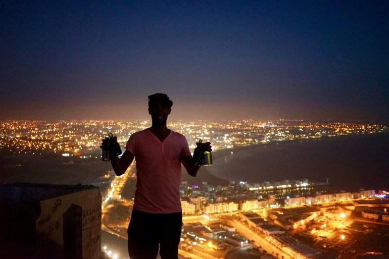 Unbekannte Reiseziele: Mann vor nächtlichem Ausblick über Agadir, Marokko