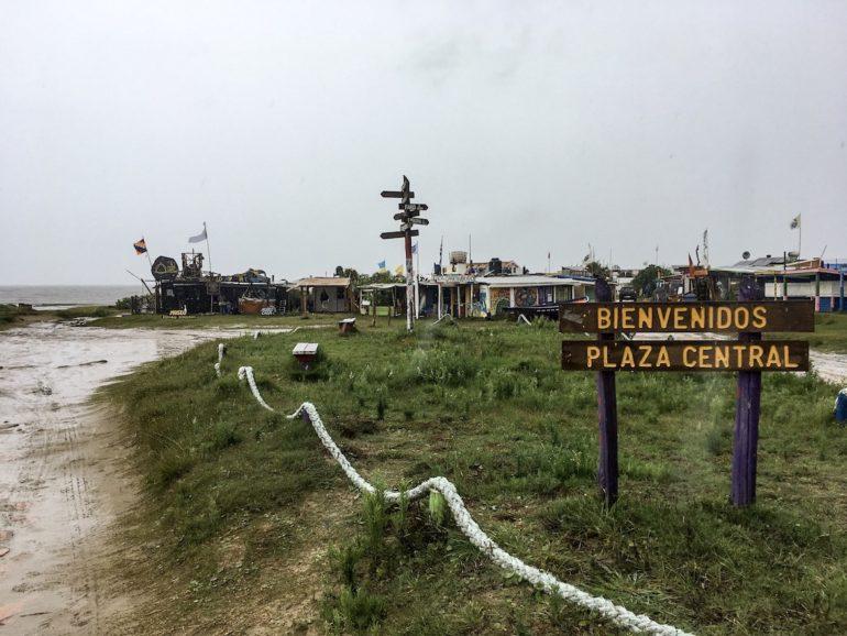 Uruguay Sehenswürdigkeiten: Schild und Häuser in Cabo Polonio