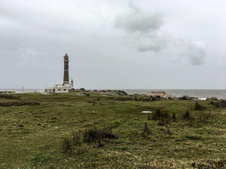 Uruguay Sehenswürdigkeiten: Leuchtturm und Wiese in Cabo Polonio