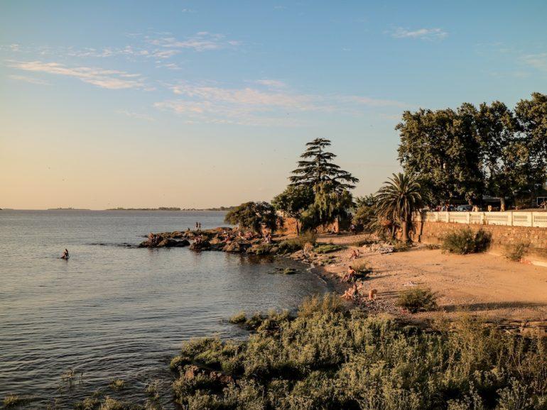 Uruguay Sehenswürdigkeiten: Ufer des Rio de la Plata mit Badegästen