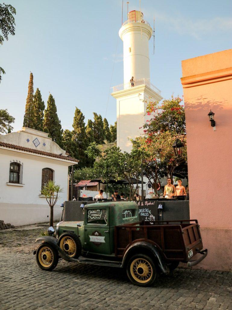 Uruguay Sehenswürdigkeiten: Oldtimer und Leuchtturm in Colonia del Sacramento