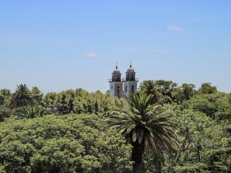 Uruguay Sehenswürdigkeiten: Kirche und Palmen in Colonia del Sacramento