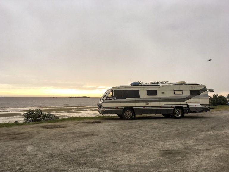 Uruguay Sehenswürdigkeiten: altes Wohnmobil vor dem Fluss