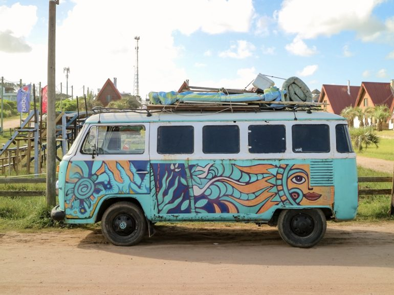 Uruguay Sehenswürdigkeiten: VW Bulli mit Hippie-Bemalung