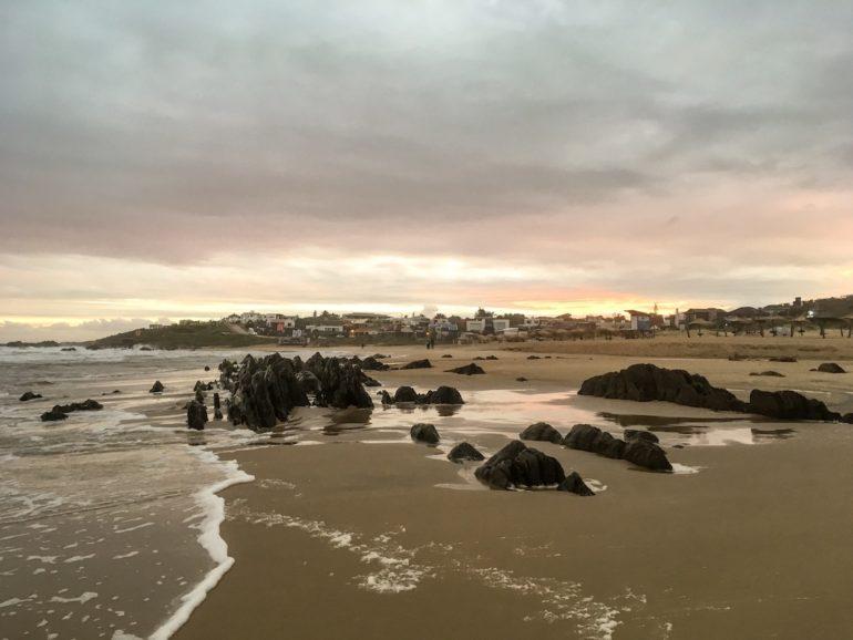 Uruguay Sehenswürdigkeiten: Sonnenuntergang am Strand mit Felsen in La Pedrera