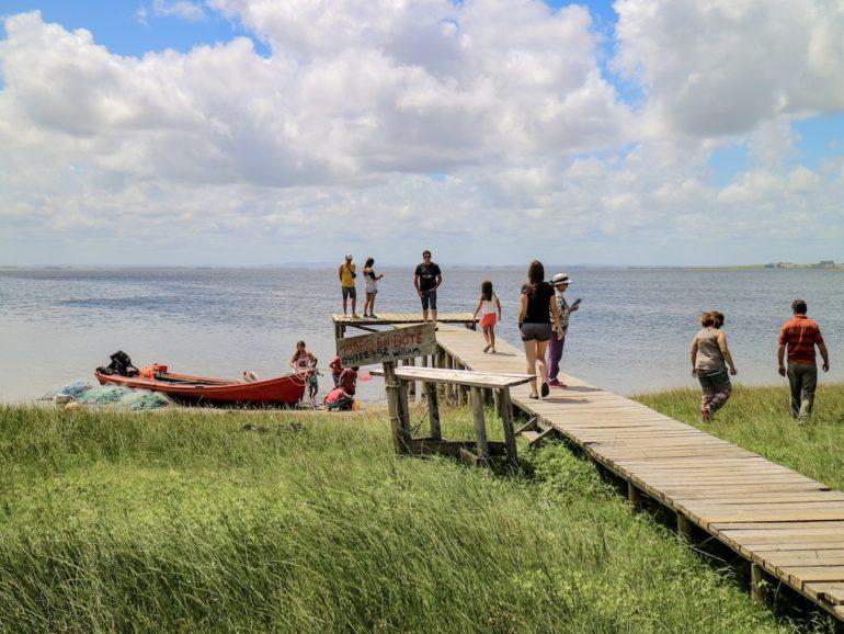 Uruguay Sehenswürdigkeiten: Steg mit Menschen vor der Laguna de Rocha