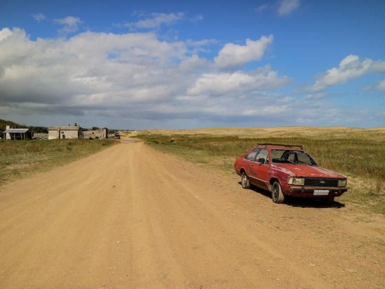 Uruguay Sehenswürdigkeiten: Auto auf Staubpiste in der Laguna de Rocha