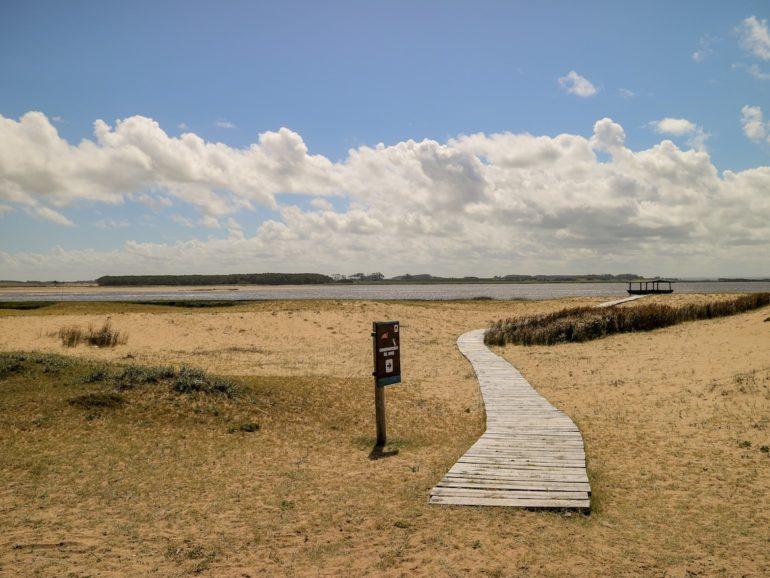 Uruguay Sehenswürdigkeiten: Steg über den Strand in die Laguna de Rocha