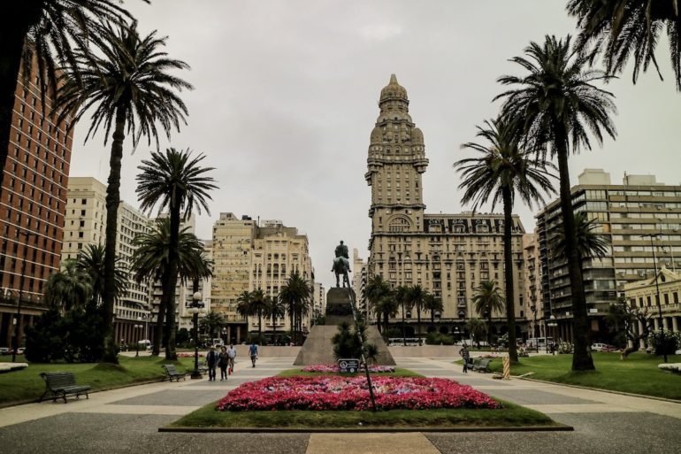 Uruguay Sehenswürdigkeiten: Plaza Independencia mit Gebäuden in Montevideo