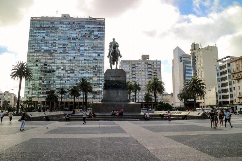 Uruguay Sehenswürdigkeiten: Gebäude und Reiterstatue in Montevideo