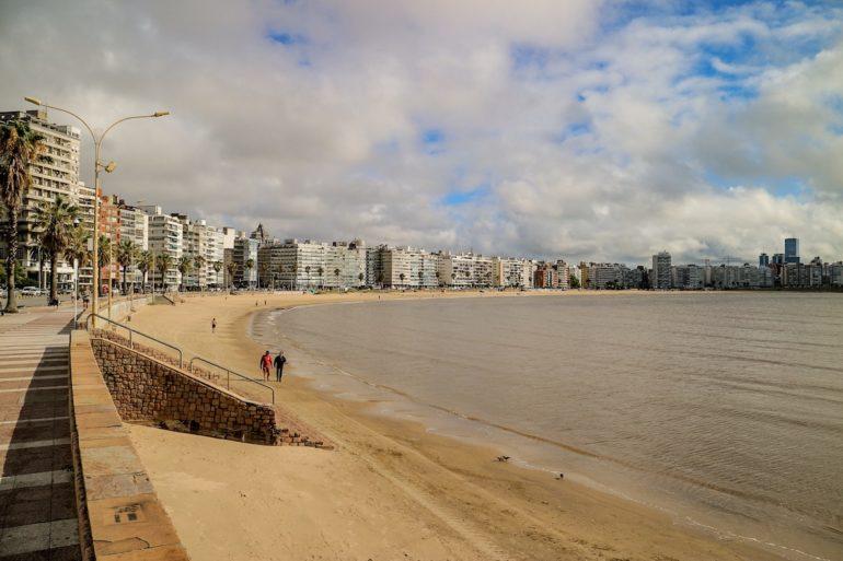Uruguay Sehenswürdigkeiten: Strand und Häuser in Montevideo