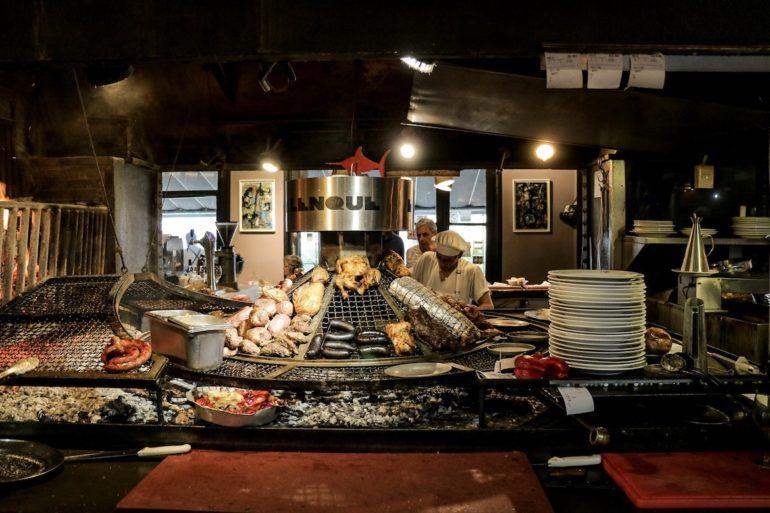Uruguay Sehenswürdigkeiten: Fleisch und Wurst auf einem Grill