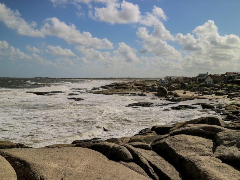 Uruguay Sehenswürdigkeiten: Felsen und Meer in Punta del Diablo