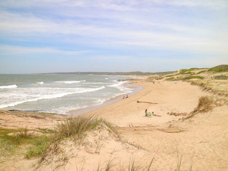 Uruguay Sehenswürdigkeiten: Strand und Wellen im Nationalpark Santa Teresa