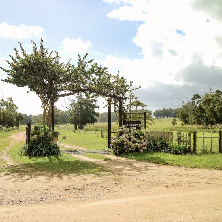 Uruguay Sehenswürdigkeiten: Eingang zu einer Estancia mit Tor und Pflanzen
