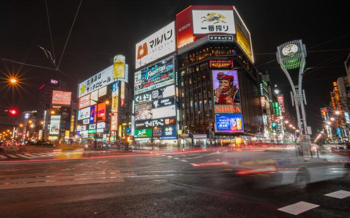 Leuchtreklamen im Viertel Susukino von Sapporo