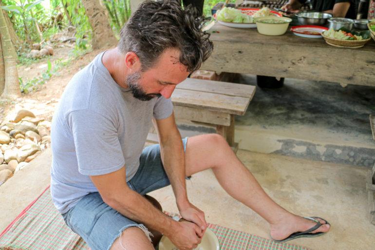 Marco Buch beim Kokosraspeln