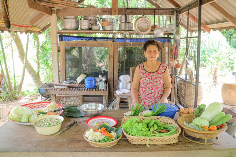 Alte Frau und Zutaten in Bang Mak