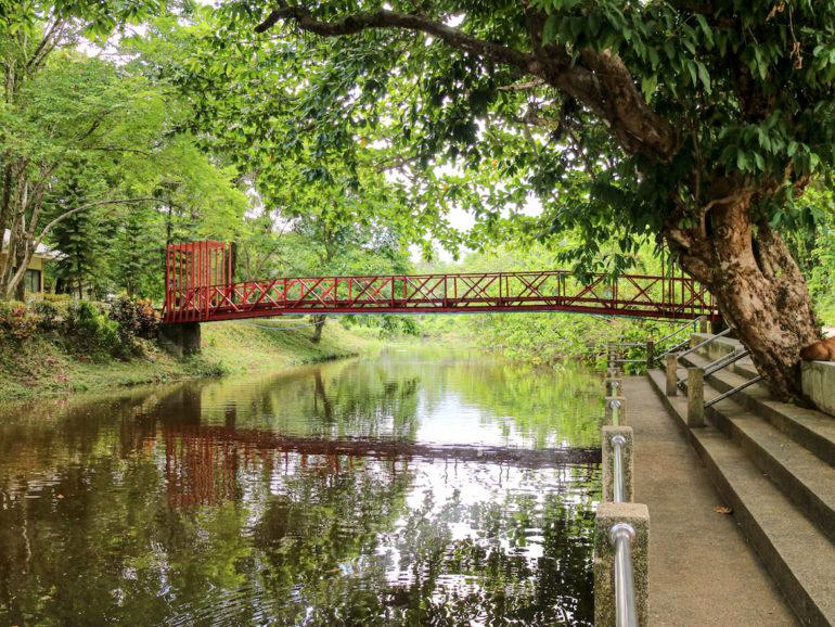 Brücke über einen Fluss bei Ranong
