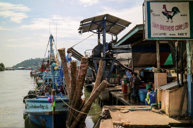 Boot im Hafen von Pak Nam