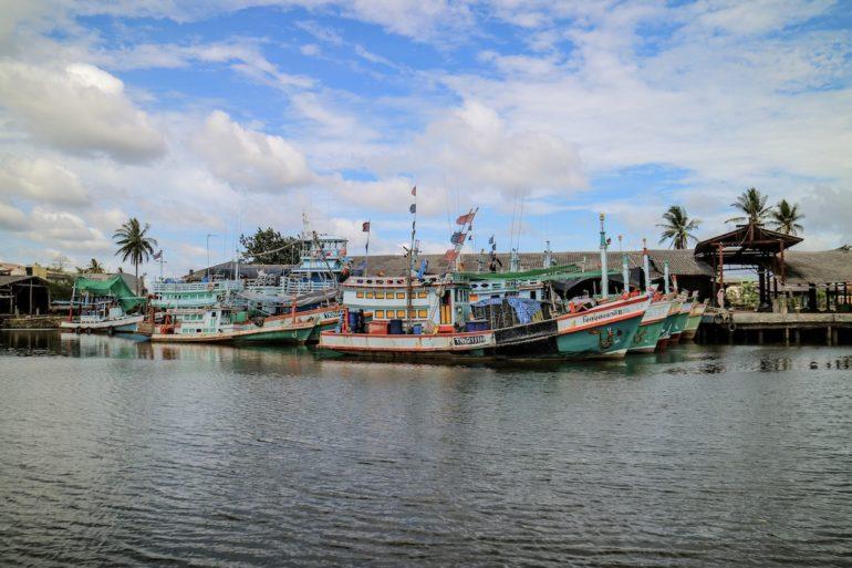 Boote im Hafen von Pak nam
