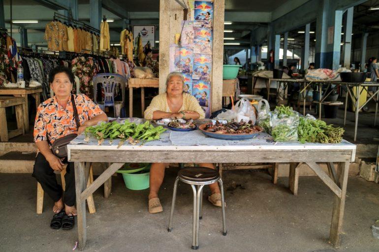 Frauen an einem Marktstand in Pak Nam, Chumphon