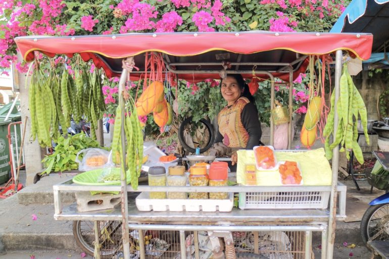 Verkäuferin an Gemüstestand in Pak Nam