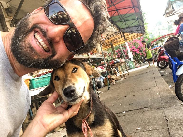 Marco Buch mit Hund in Pak Nam