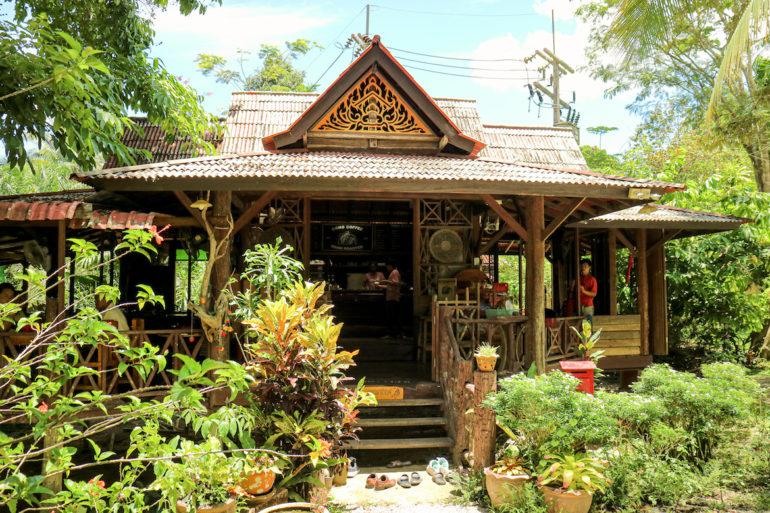Restaurant aus Teakholz bei Gong Coffee