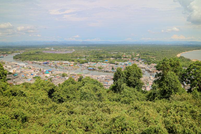 Blick auf Pak Nam vom Khao Matsee Viewpoint