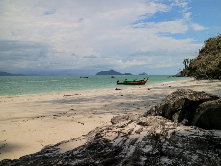 Boot am Strand von Koh Kang Khaoi