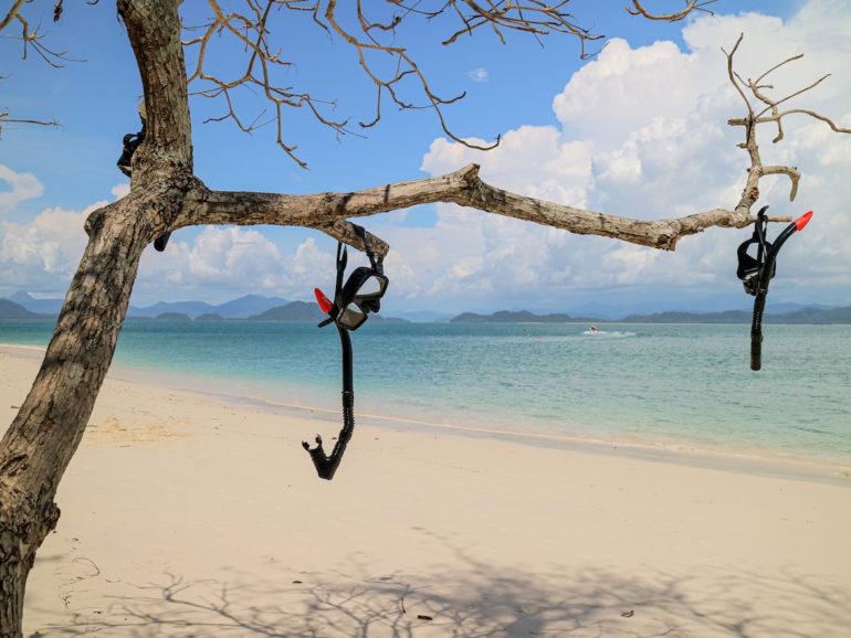 Schnorchel in einem Baum am Strand von Koh Kang Khao