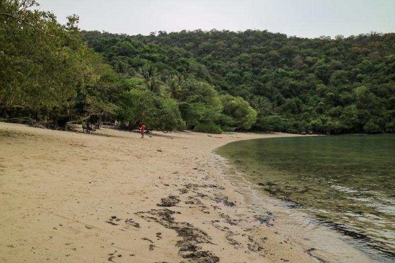 Strand und Vegetation auf Koh Kula