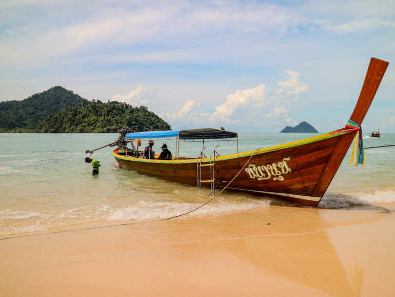 Long tail Boat am Strand von Koh Yipun