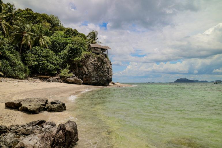 Strand und Hütte auf felsen auf Lung Ga Jiw