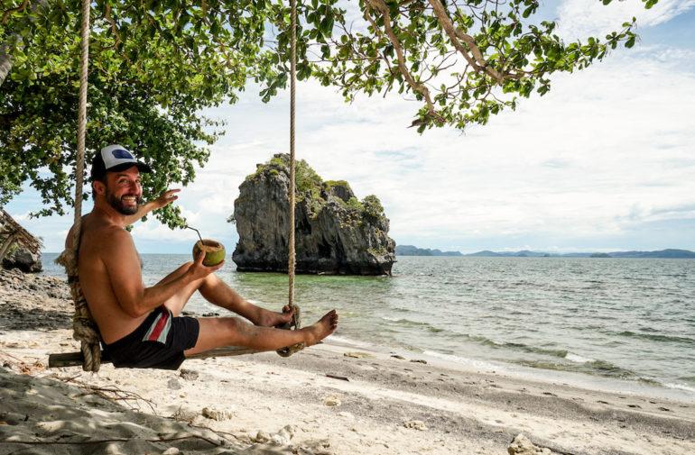 Marco Buch auf einer Schaukel auf Lung Ga Jiw