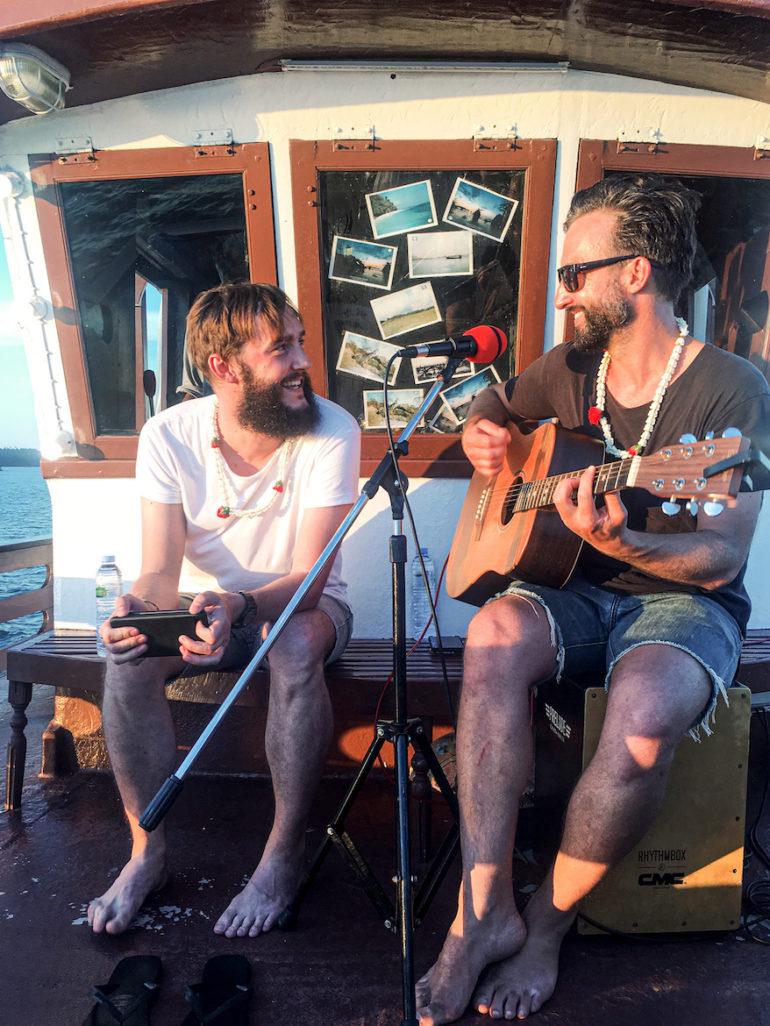 Clemens Sehi und Marco Buch beim musizieren auf dem Royal Andaman Boat
