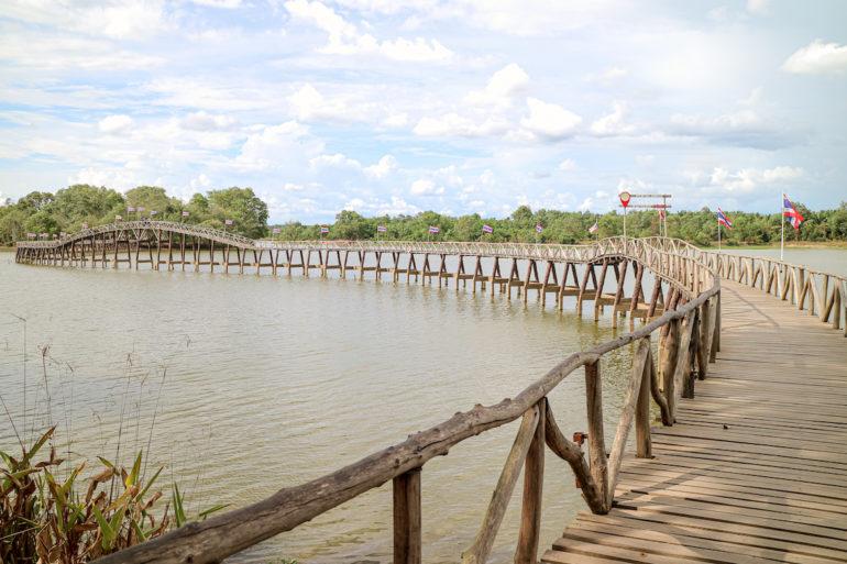 Brücke zu einer Insel im Nong Yaii Tang Chang Public Park