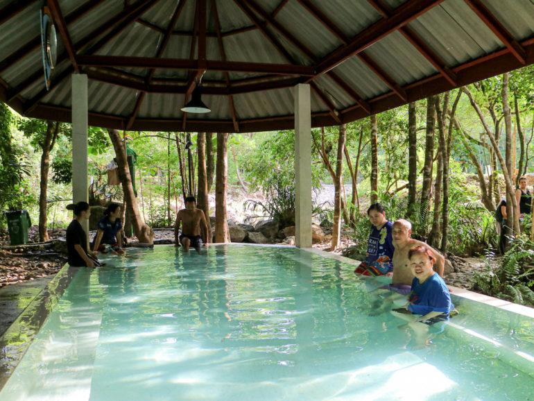 Menschen in einem Becken mit heißem Wasser an Pornrung Hot Springs Ranong